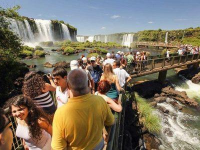 Récord de turistas y cota de US$ 500, pero comercio de CDE sigue en crisis