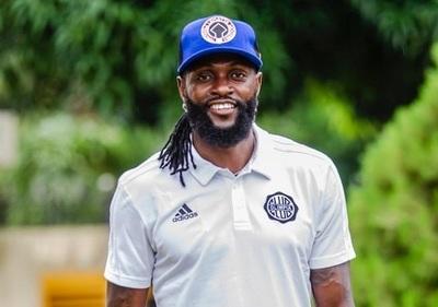 Adebayor dice que se aferra a su yerba al despedirse