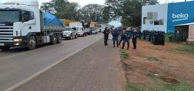 Cañicultores cierran ruta y Policía amenaza con despeje a la fuerza