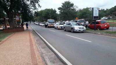 PMT despeja y controla estacionamiento en doble fila frente al Poder Judicial • Luque Noticias