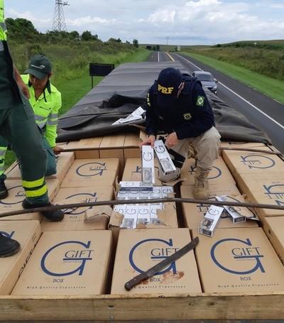 Abandonan camión con 400 mil gruesas de cigarrillos llevados de CONTRABANDO desde el Paraguay