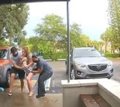 Impresionante parto en estacionamiento de clínica