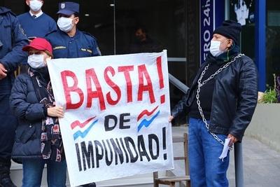 Jubilados se movilizan en caravana exigiendo intervención de la Caja Bancaria