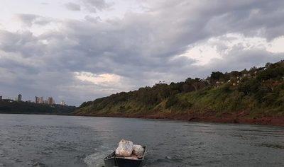 Roban pontón flotante de la vera del río Paraná