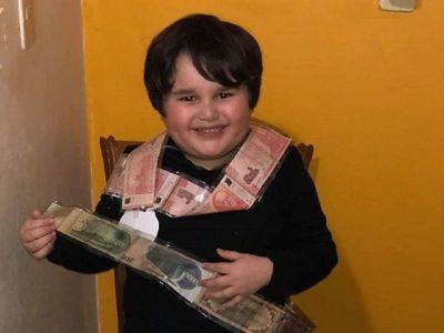 """Benjamín, el niño que causó furor con su reacción al recibir una """"money cake"""""""