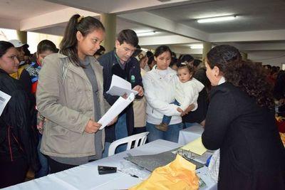 Más de 1.000  jóvenes de Itapúa son beneficiados con becas de la EBY