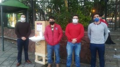 HOY / Jóvenes del Movimiento Honor Colorado implementan lavamanos portátiles solidarios