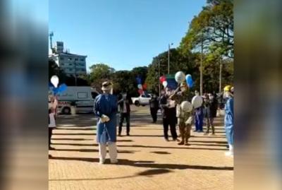 Emocionante lanzamiento de globos tras alta de dos pacientes recuperados del COVID-19