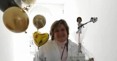 Médica referente en la lucha contra el COVID-19 celebra cumpleaños trabajando