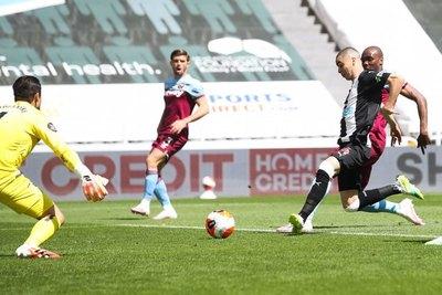 El gol de Almirón no alcanzó para más y Newcastle se conformó con un punto