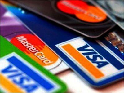 Los pagos con tarjetas mantienen caída del 27%