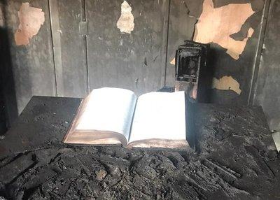 Rescatan Biblia intacta tras voraz incendio en iglesia