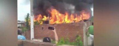 Cinco casas arde en llamas en el Bañado Sur