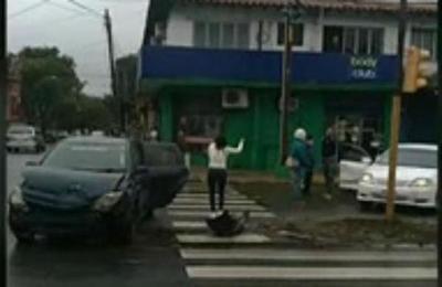 Triple choque: ¿Quién cruzó el semáforo en rojo?