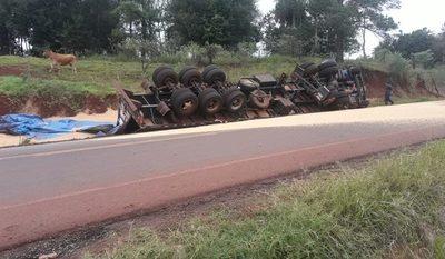 Camión cargado con  soja vuelca al costado  de una carretera – Diario TNPRESS