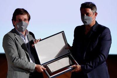 """Alejandro Sanz, embajador de Madrid, recibe """"el abrazo y magia"""" de la ciudad"""