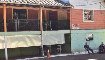 Toman muestras de Covid-19 a detenidos de la Dirección de Policía de Alto Paraná