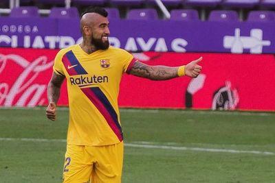 Vidal sostiene al Barcelona en la lucha