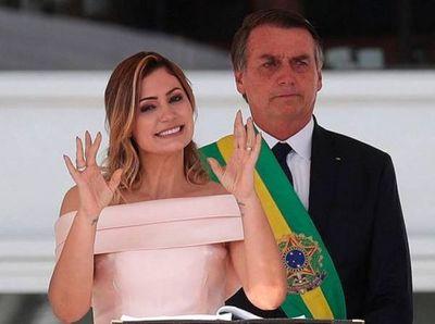 Primera dama de Brasil da negativo para COVID-19, tras contagio de Bolsonaro