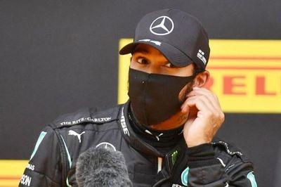 Hamilton logra la pole para Mercedes en Estiria tras dominar la lluvia