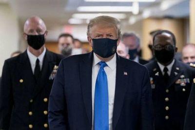 Trump aparece por primera vez en público usando una máscara