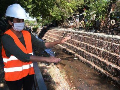 Muro de contención con hidrosiembra  en las márgenes del   arroyo Paraguarí