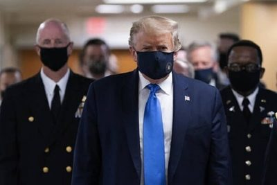 Donald Trump usa barbijo por primera vez