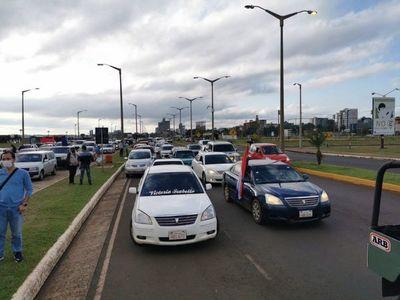 Multitudinaria caravana en apoyo a intendente de Encarnación