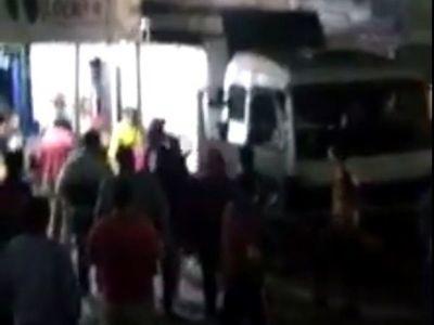 Mujeres pelean por un camionero en el Abasto