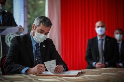 Abdo Benítez promulga ley de jubilación médica