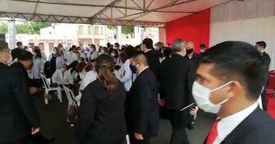 Fracasó el protocolo: aglomeración para tomarse una foto con el presidente