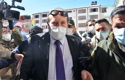 Bolivianos mandan preso a ministro sobrefacturador, y por acá silbidos al aire
