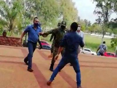 Edil, a los golpes con un ciudadano frente al Palacio de Justicia