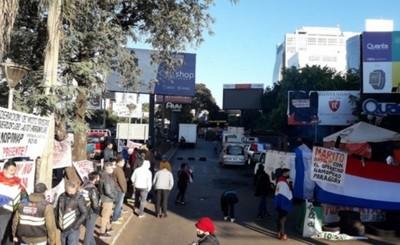 """Manifestantes """"sitiaron"""" el microcentro de Ciudad del Este"""