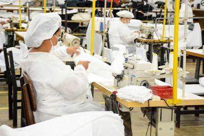 Empresas buscan personal para confección de batas hospitalarias