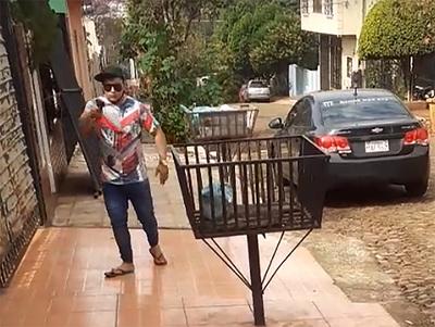 Detienen a prepotente joven que atropelló una casa y amenazó de muerte a vecinos