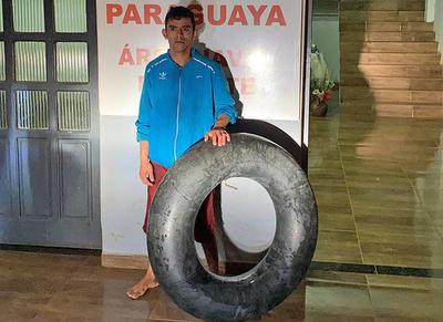 Ingenioso pero peligroso: cruzó el río Paraná con una cámara de cubierta pero fue detenido