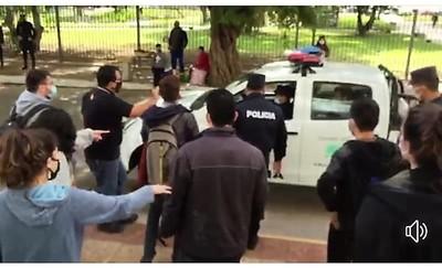 Mientras la policía tenía preso a estudiante por no mostrar cédula, motochorros hacían festival de golpes