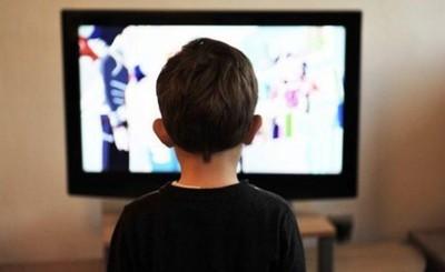 Televisor aplasta la cabeza de un niño de 3 años que jugaba por el