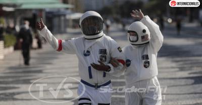 Se visten de astronautas para un «paseo seguro» por las calles