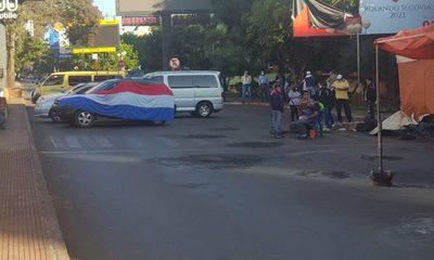 Taxistas y paseros cierran ruta para exigir créditos blandos o subsidios