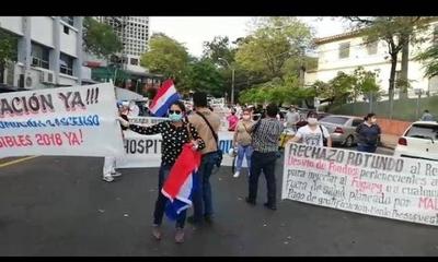HOY / Funcionarios de blanco protestan frente a Salud y exigen pago de gratificación