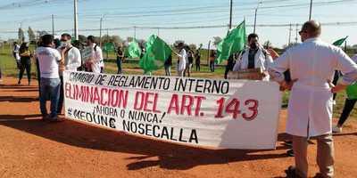 Universitarios marchan por modificación de reglamento
