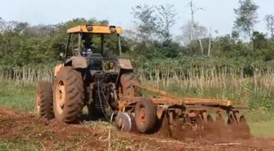 Con 20 tractores, productores japoneses realizan rastroneada a pequeños productores