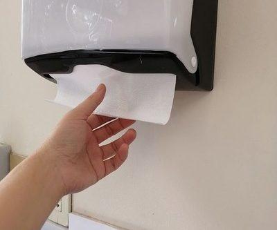 Para secar las manos aconsejan toalla de papel antes que secador eléctrico