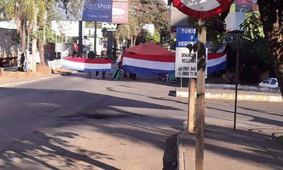 Taxistas y paseros siguen bloqueando Ruta Py 02