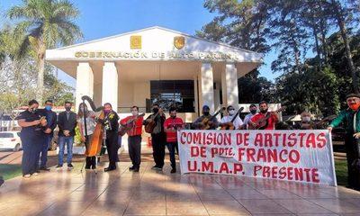 Al son de la música paraguaya piden asistencia
