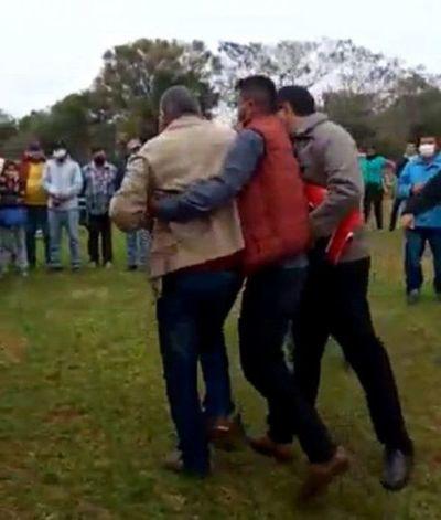 Intendente de Zanja Pytã a los golpes con un poblador durante acto público