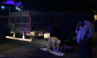 Motociclista muere tras chocar contra un camión varado
