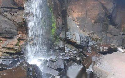 Hallan cuerpo de adolescente en cascada del río Acaray